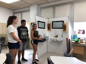 Grupo de estudiantes presentando