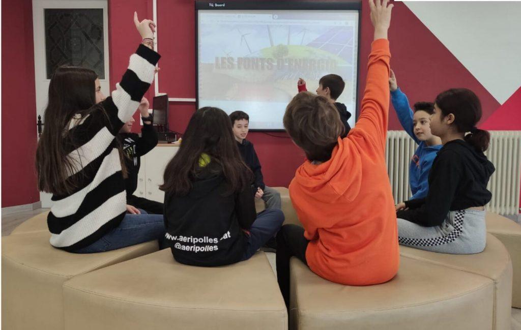 Imagen de niños levantando la mano