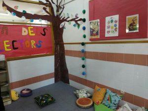 Aula con un árbol en la pared