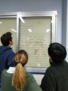 Grupo de personas leyendo en un mural