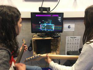 Jugando y tocando la guitarra