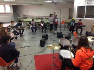 Grupos de alumnos con instrumentos