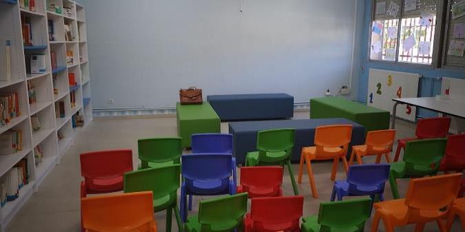Zona con bancos y sillas de colores