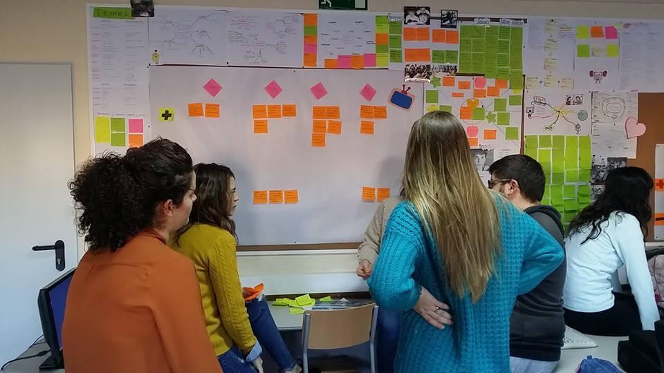 Estudiantes compartiendo una experiencia.