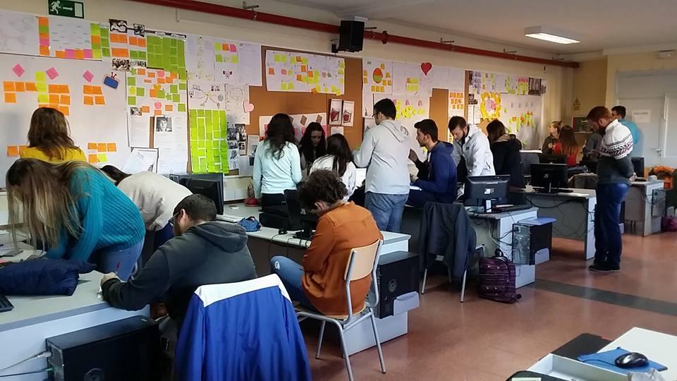 Grupo de estudiantes trabajando en la antigua clase