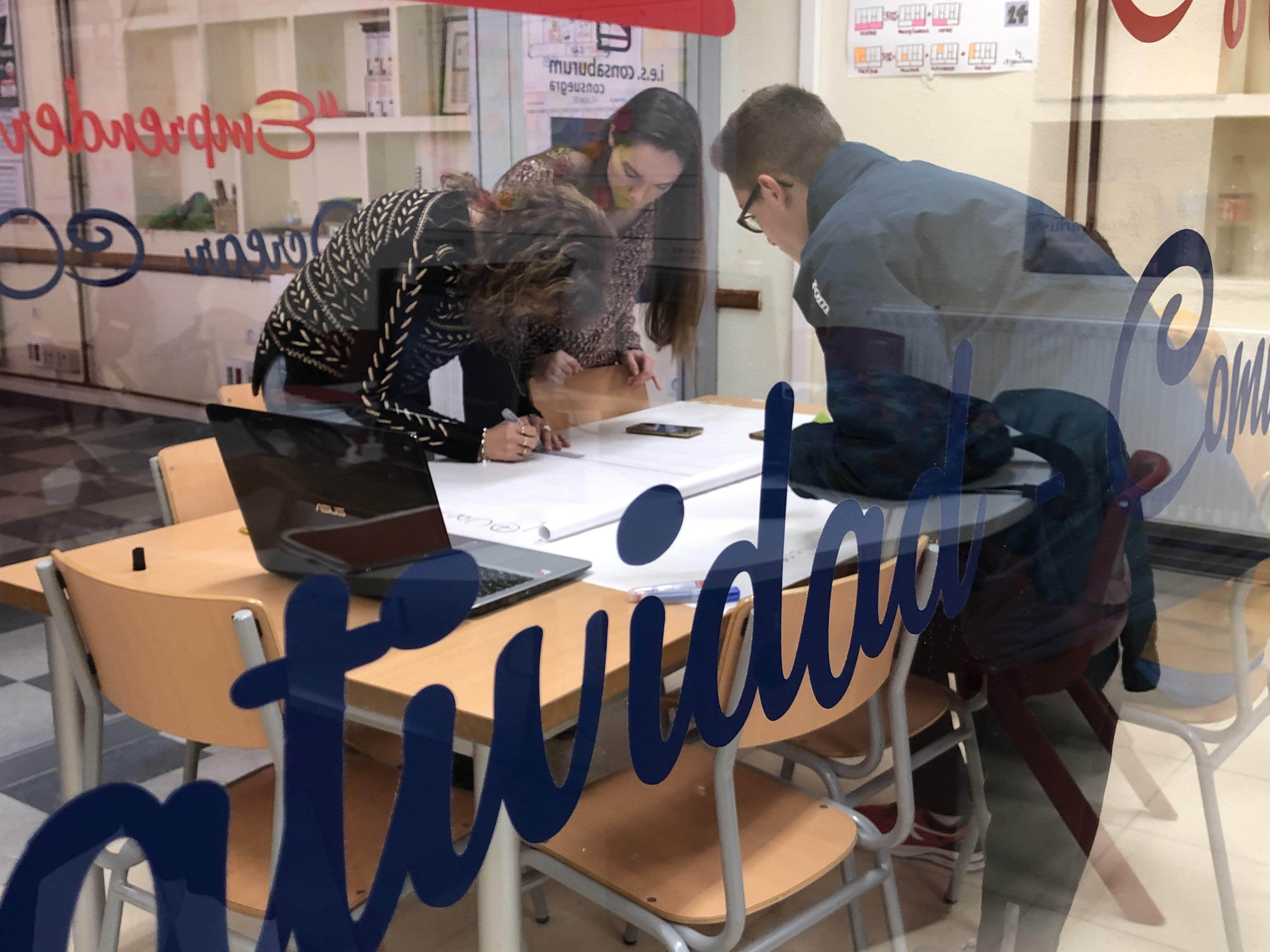 Estudiantes trabajando con un portátil
