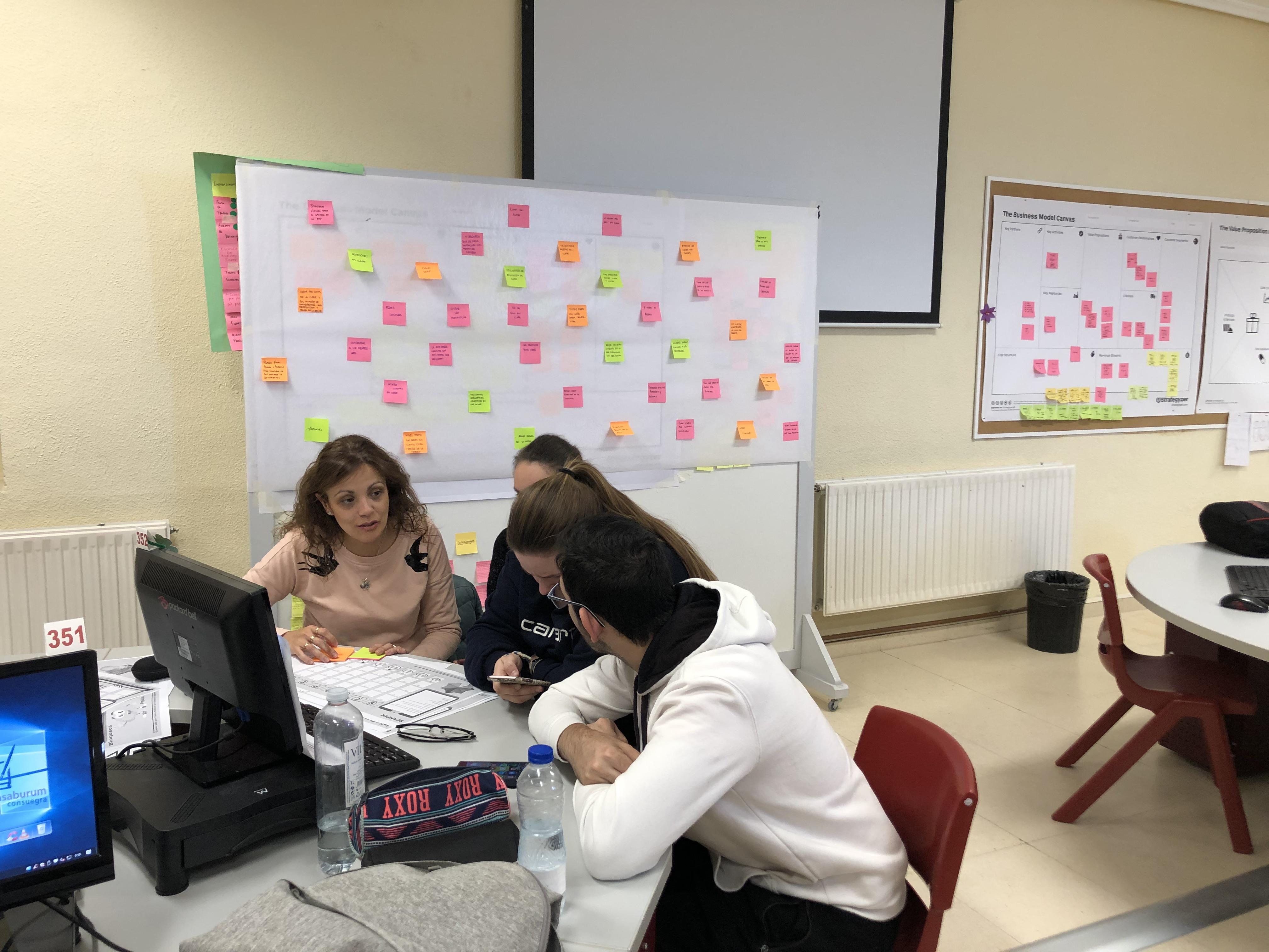 Estudiantes trabajando con la profesora