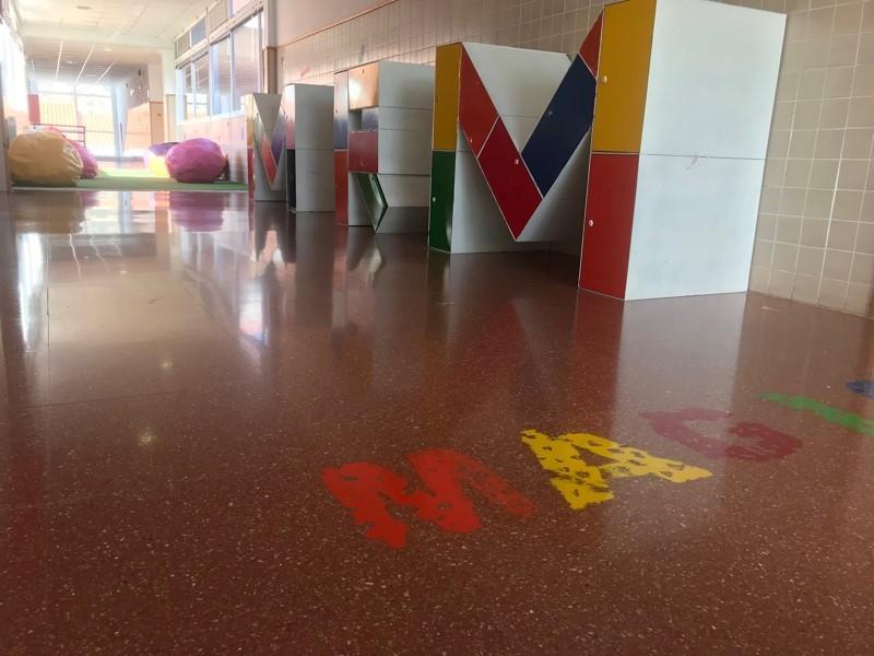 Pasillo central reconvertido en aula abierta