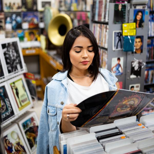 Persona eligiendo un CD de música